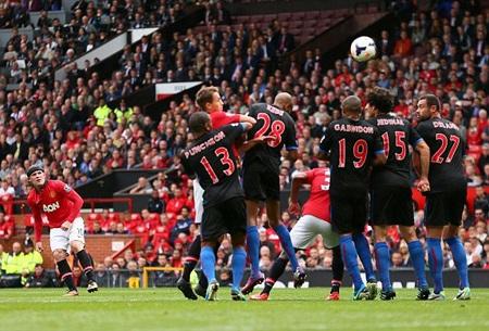 Rooney cũng để lại dấu ấn trong ngày tái xuất bằng cú đá phạt thành bàn đẹp mắt