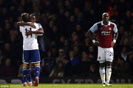 West Ham sụp đổ sớm sau bàn thua ngớ ngẩn với lỗi lớn của Guy Demel