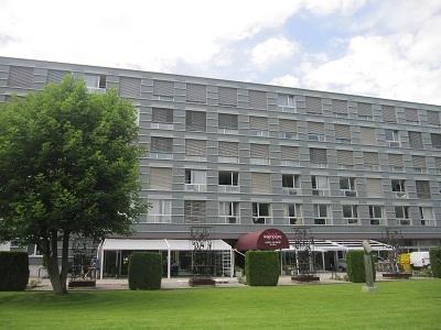Sân trước trường Vatel, góc nhìn ra từ nhà hàng Vatel