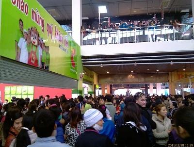 Mua sắm đông đúc tại Siêu thị Big C Melinh