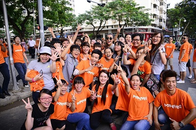 Hàng trăm bạn trẻ cùng hào hứng tập trung làm cả góc phố nổi bật sắc cam tươi trẻ