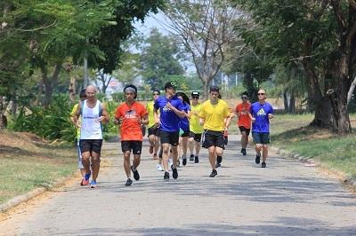 30 phút chạy bộ mỗi ngày sẽ giúp bạn giữ sức khỏe và tinh thần sảng khoái.