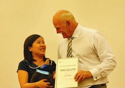 Ông Det Fischer trao chứng nhận Đại diện tuyển sinh cho INEC.