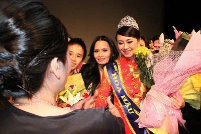 Hoa hậu Mỹ Vân gặp gỡ giao lưu với khán giả.