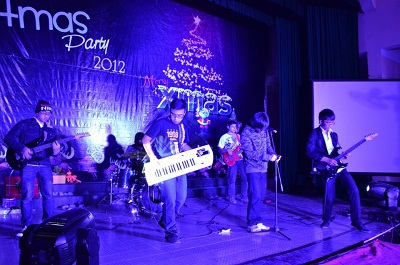 Ban nhạc rock sinh viên biểu diễn tại Lễ hội Giáng sinh 2012.
