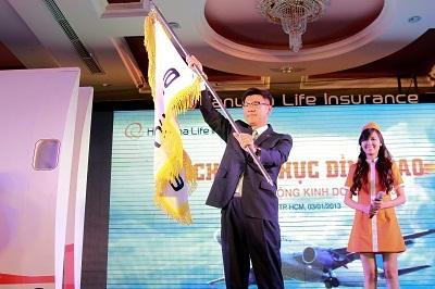 Tổng Giám đốc thực hiện nghi thức rước cờ của Tập đoàn Hanwha.