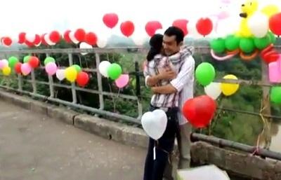 Khung cảnh ấn tượng của cầu Long Biên trong màn cầu hôn.