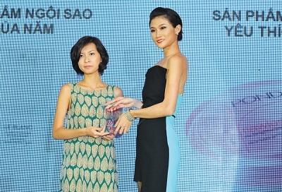 Chân dài Kha Mỹ Vân đảm nhận việc công bố giải thưởng ở hạng mục dưỡng trắng da.