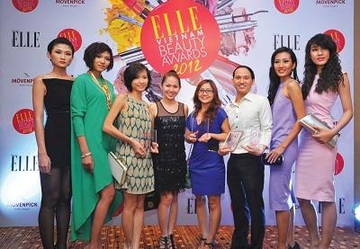 Đại diện các nhãn hàng thắng giải chụp ảnh lưu niệm cùng dàn chân dài Vietnam's Next Top Model.