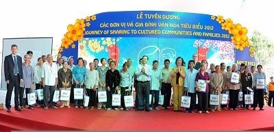 Niềm vui của người dân khi nhận quà tặng từ chương trình.