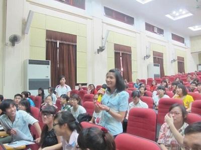 """Các SV trường Kinh tế Quốc dân Hà Nội đang trao đổi với các diễn giả tại """"Hội nghị bàn tròn"""""""