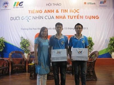 Đại diện IIG Việt Nam trao 2 suất học bổng cho 2 SV xuất sắc của Trường ĐH KTQD Hà Nội.