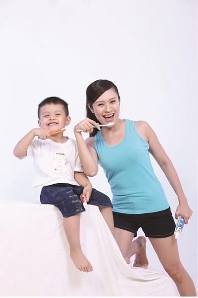Thanh Thúy cùng con trai Cà Phê cam kết chải răng sáng & tối để bảo vệ thêm 1 triệu nụ cười