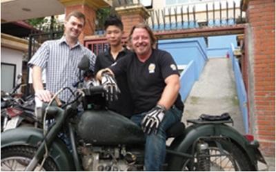 Michael Brosowski (trái), người đang điều hành Quỹ Rồng Xanh