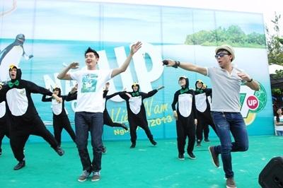 Dancer Quang Đăng & Trấn Thành khuấy động tinh thần lạc quan cho các bạn trẻ tại ngày hội.