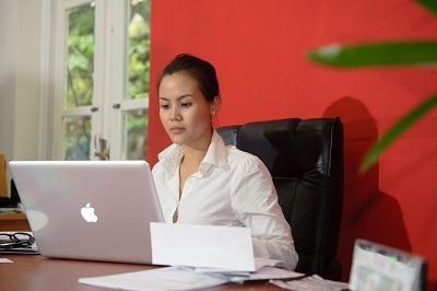 ViệtNga làm việc tại văn phòng Creatio.