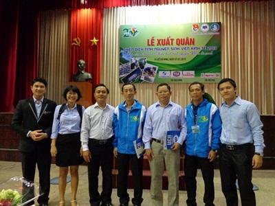 Đại diện của công ty Sơn TOA Việt Nam cùng đoàn trường Kinh tế trong lễ ra quân Mùa hè xanh 2013