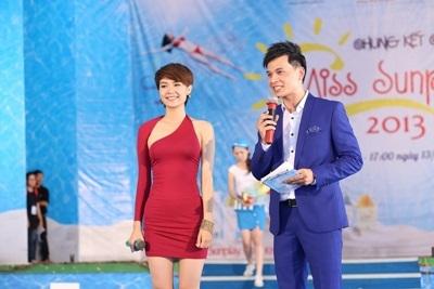 MC Danh Tùng mời Minh Hằng có đôi lời chia sẻ trước khi bắt đầu các phần thi