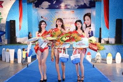 Võ Thanh Nguyên và Phạm Mai Hải Phượng hồi hộp chờ đợi MC Danh Tùng công bố 2 giải cuối cùng