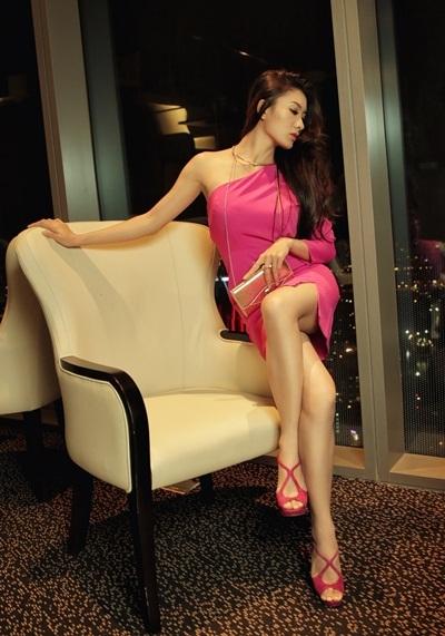 Nữ chủ nhân của buổi tiệc với đầm hồng sang trọng, m