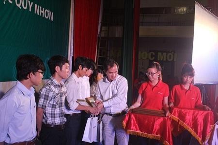 """""""Đoàn đã đến thăm và tặng quà cho hơn 120 cụ già và trẻ em tại Trung tâm Bảo trợ Xã hội Bình Định"""""""