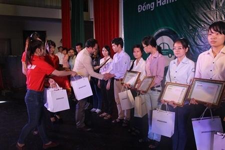 Tổng giám đốc Bridgestone Việt Nam trao học bổng cho các bạn sinh viên
