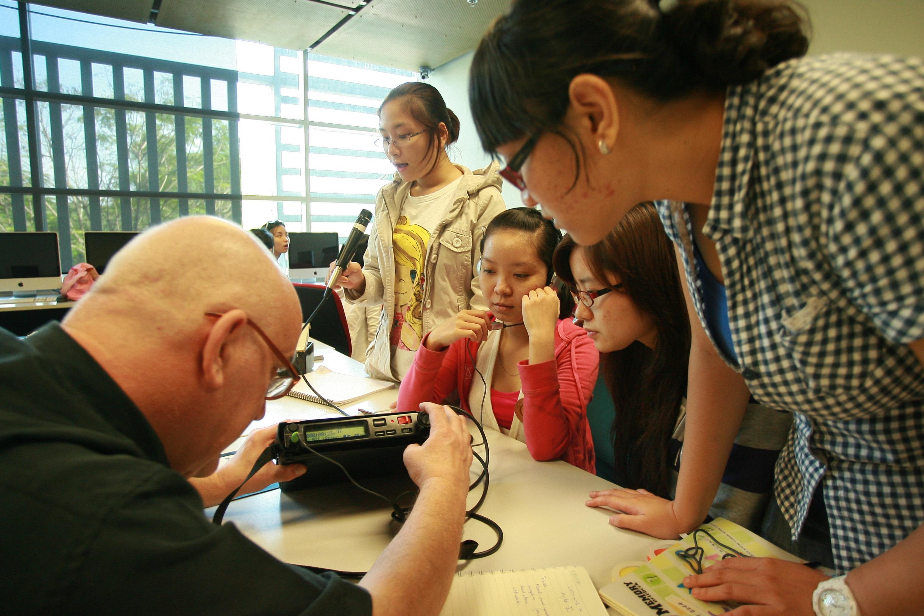 Sinh viên có nhiều cơ hội thực hành và thảo luận với giảng viên.