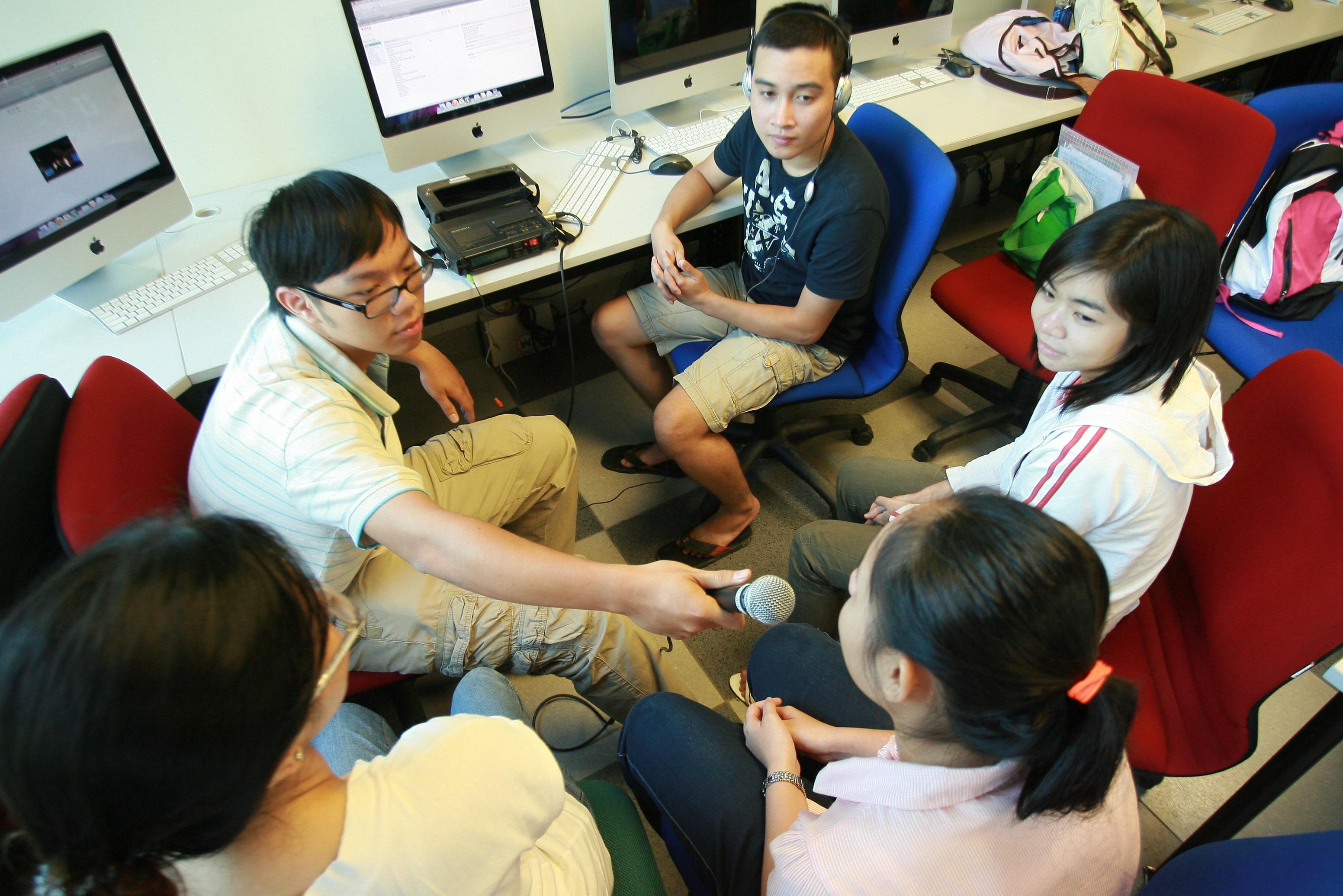 Sinh viên học nhóm trong phòng lab hiện đại.