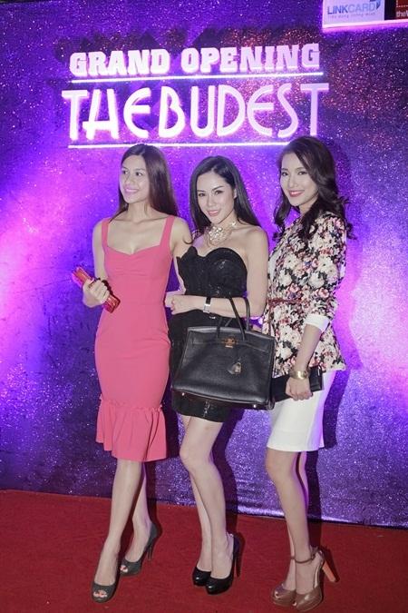 Victoria khoe dáng với Ngọc Trâm, Nữ hoàng trang sức 2013 và hotgirl Linh Sunny