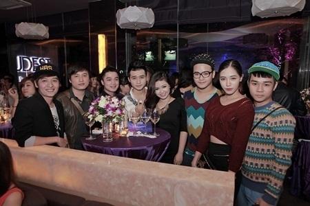 Cặp đôi vui vẻ bên bạn bè, ca sĩ Hồng Dương, Trần Hoàng, hot girl Hà Min