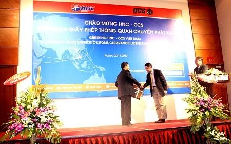 Đại diện OCS tặng quà chúc mừng HNC