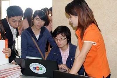 Cán bộ TT Dịch vụ Điện tử FPT đang hướng dẫn thao tác trên FPT.VNACCS cho doanh nghiệp