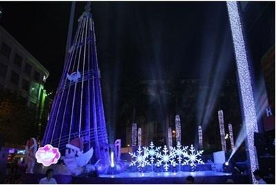 Hình ảnh lộng lẫy của sân khấu và cây thông chào đón giáng sinh 2013