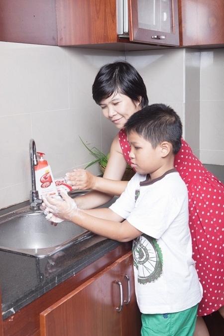 Cách đơn giản nhất để phòng bệnh là nhắc nhở trẻ rửa tay bằng sản phẩm vệ sinh chuyên biệt