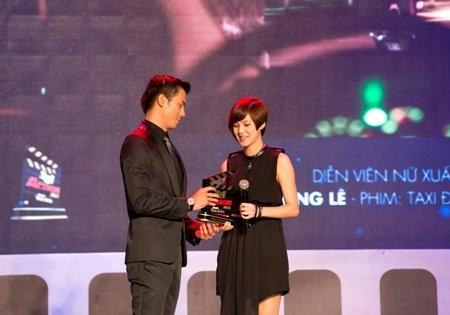 Đại diện nhóm Vegans nhận thay bạn Hồng Lê giải thưởng Nữ diễn viên xuất sắc nhất