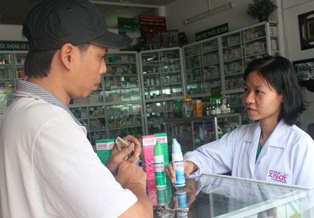 Người dân đang mua nước biển sâu tại một nhà thuốc ở TP.HCM
