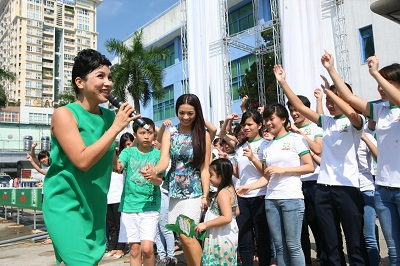 Tại Hà nội, cựu người mẫu Thúy Hằng cũng đến cổ vũ hết mình cho hành trình này.