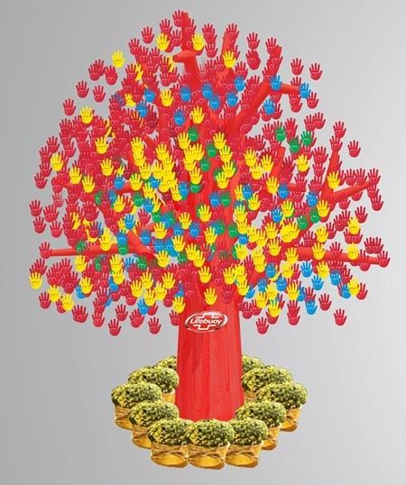 Trong ảnh là thiết kế cây với chiều cao 3m và hàng ngàn thiệp bàn tay xinh xắn
