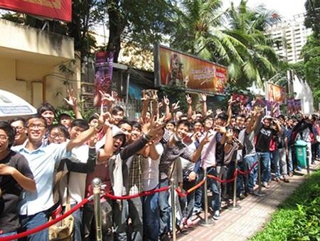 Các bạn trẻ xếp hàng dài trước cổng nhà thi đấu Phan Đình Phùng buổi sáng 17/8
