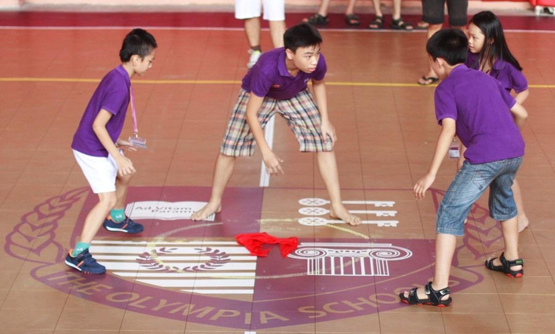 Các em cùng tham gia các môn thể thao trong Trại hè.