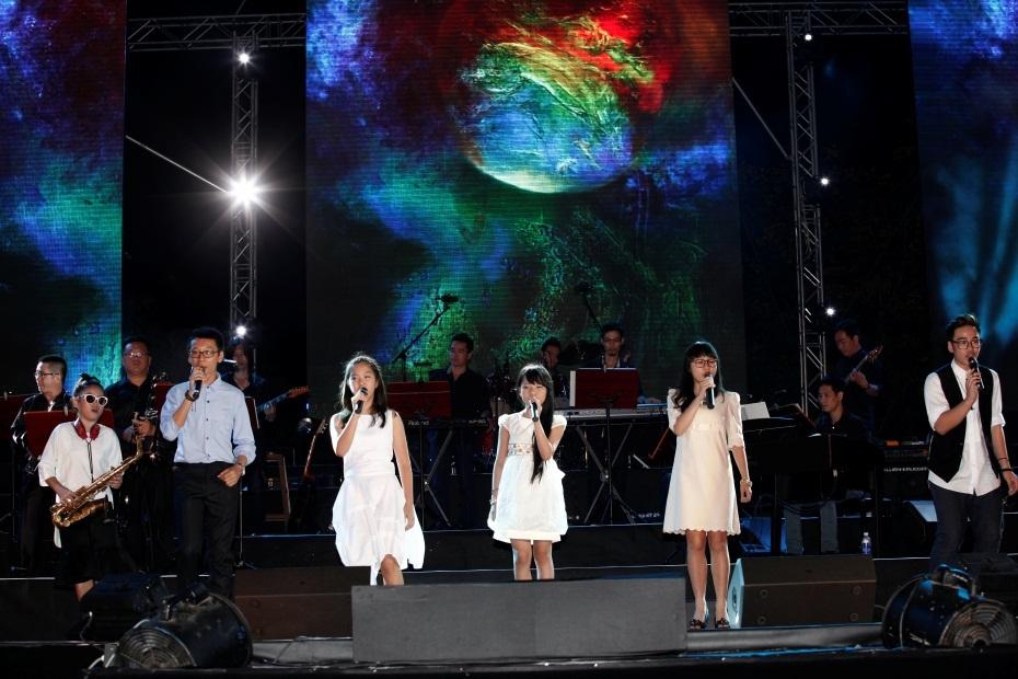 """""""Thế hệ thứ tư"""" trình diễn ca khúc """"Như hòn bi xanh"""" chinh phục 30.000 khán giả trong đêm nhạc."""