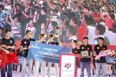 Cúp vô địch của Saigon FFG thu hút ống kính của các phóng viên báo đài