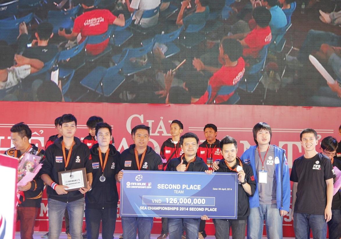 Neolution Esports nhận giải bạc từ ông Mai Thanh Bình–TGĐ công ty Vietnam Esports
