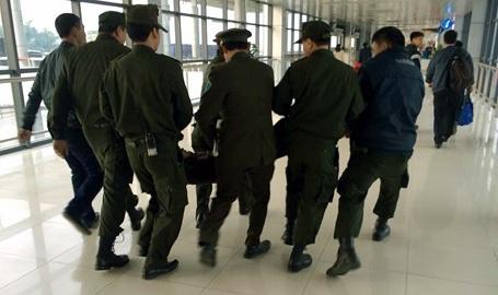 Bảy nhân viên an ninh mới đưa được nam thanh niên có biểu hiện bất thường này đi. (Ảnh: otofun)