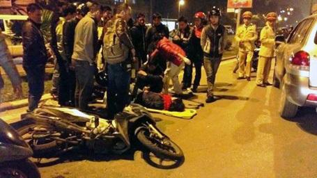 Đôi vợ chồng đi xe máy bị hất văng ra đường.