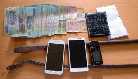 Dụng cụ gây án và một phần tài sản các đối tượng trộm được.