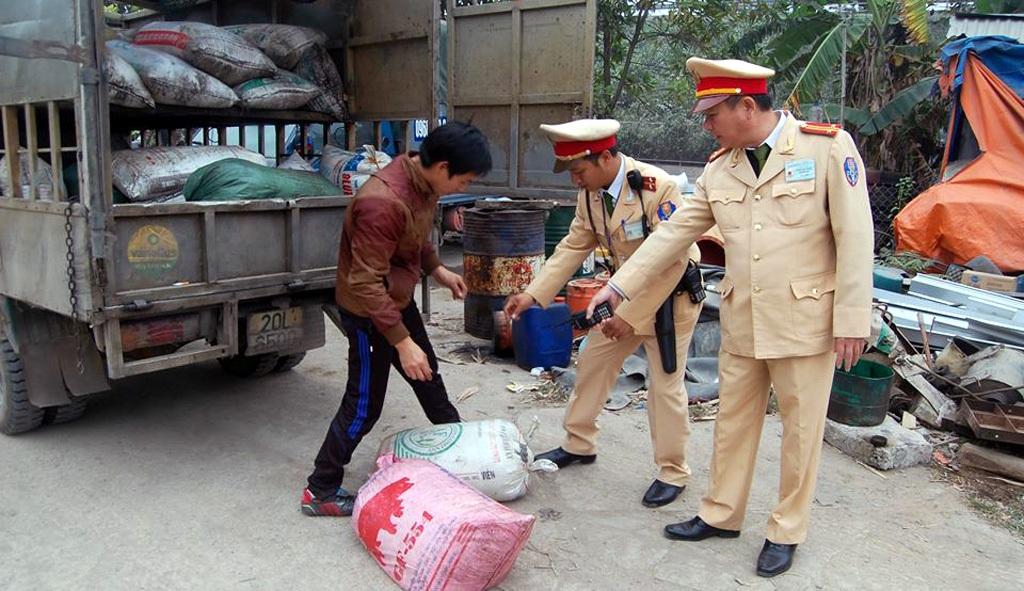 Số mỡ bẩn bị CSGT phát hiện trên xe tải.