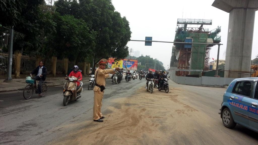 Lực lượng CSGT tổ chức phân luồng, hướng dẫn các phương tiện lưu thông qua khu vực trơn trượt.