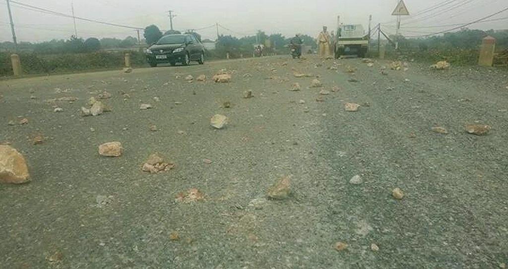 Mặt đường rải đầy đá trở thành cái bẫy với người đi xe máy.