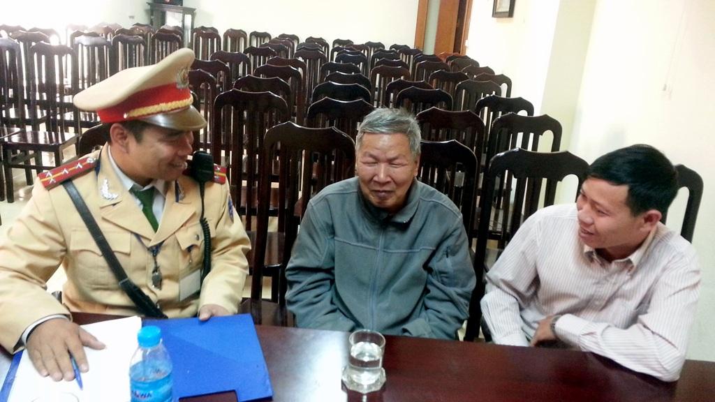 Anh Nguyễn Trọng Quyền (phải) đến trụ sở Đội CSGT số 2 cung cấp thông tin về người đồng nghiệp cũ.